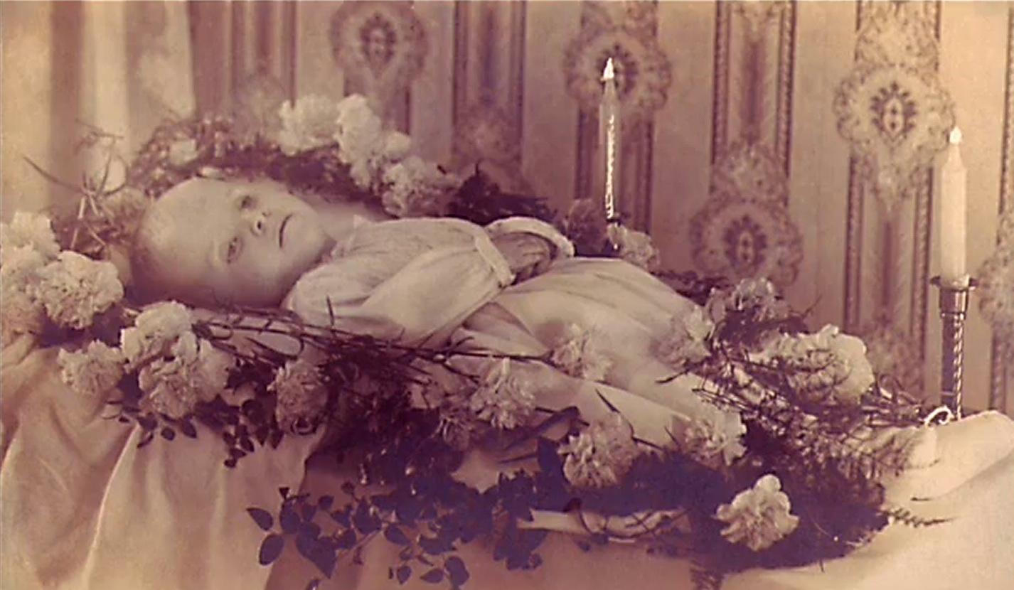 Сонник - умерший родственник или знакомый.