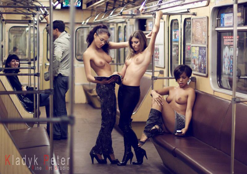 фото голых парней в купе поезда