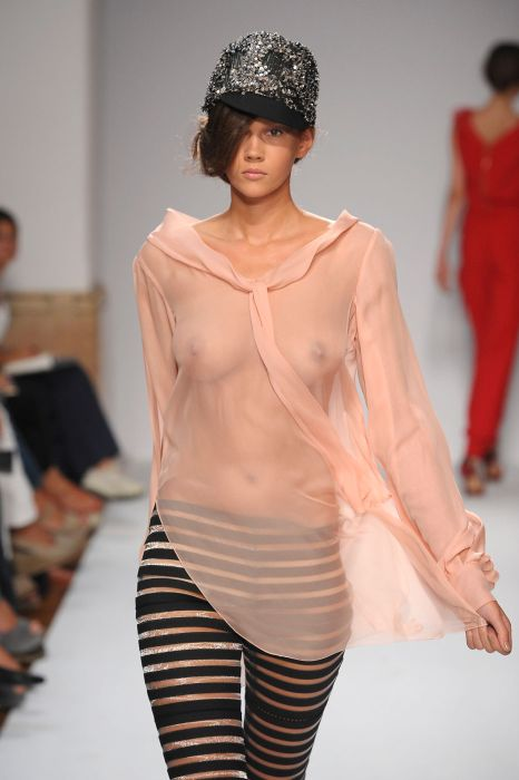 одежды женщинами смотреть показ откровенной
