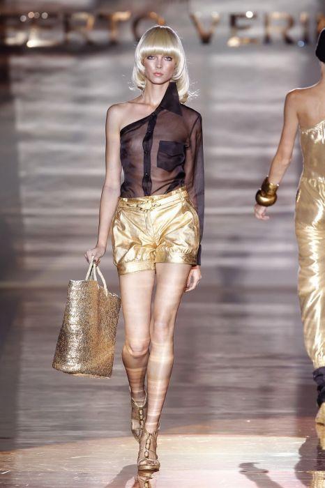 смотреть показ женщинами откровенной одежды
